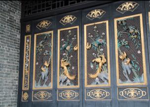 Porte en bois sculpté