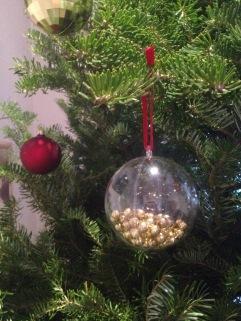 DIY Boule transparente + perles dorées